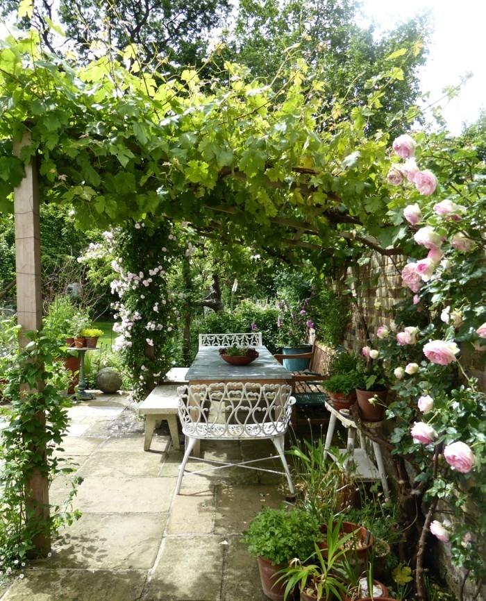 wunderschöne-terrasse-mit-pflanzen-beschatten
