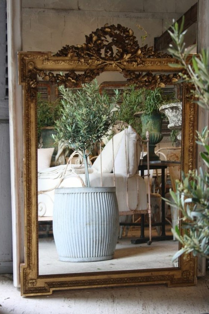 antike-spiegel-und-grosse-blumentoepfe