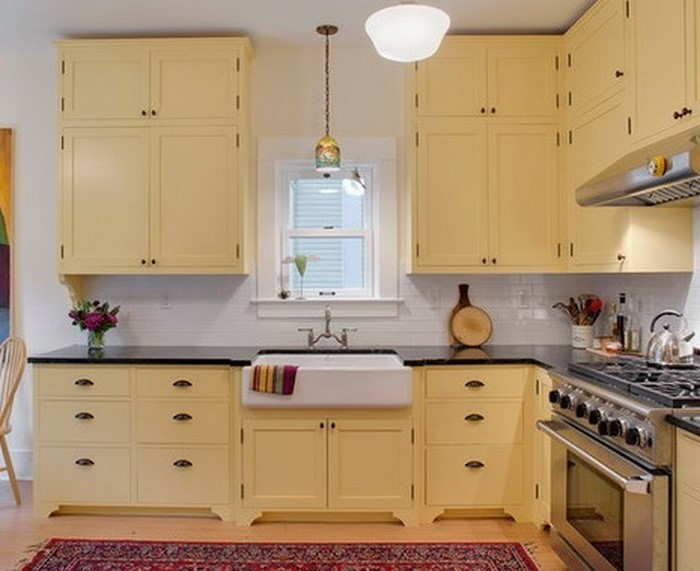 Eine elegante Küche mit U-Bahn-Fliesen Aufkantung, einem Bauernhaus ...