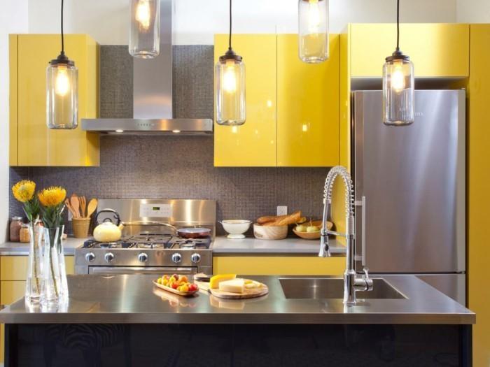 Gelbe Küchenschränke und chromierte Kontrastelemente