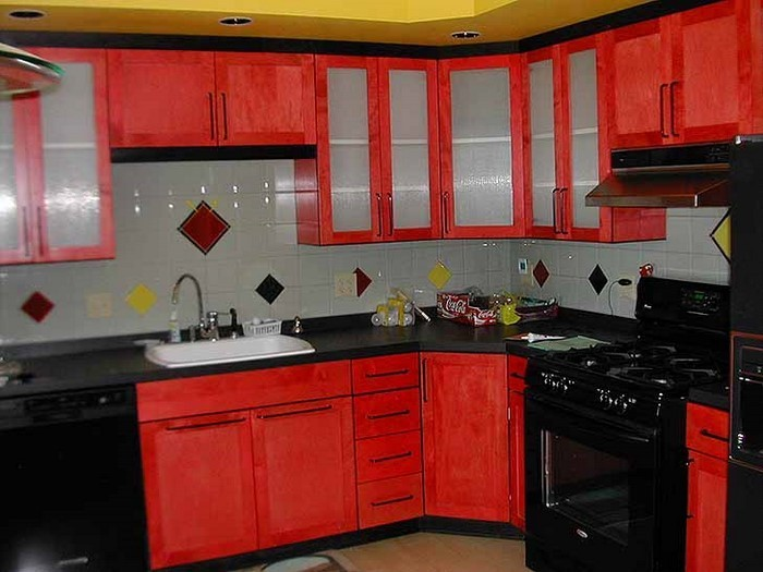 kueche-in-rot-eine-auffaellige-deko
