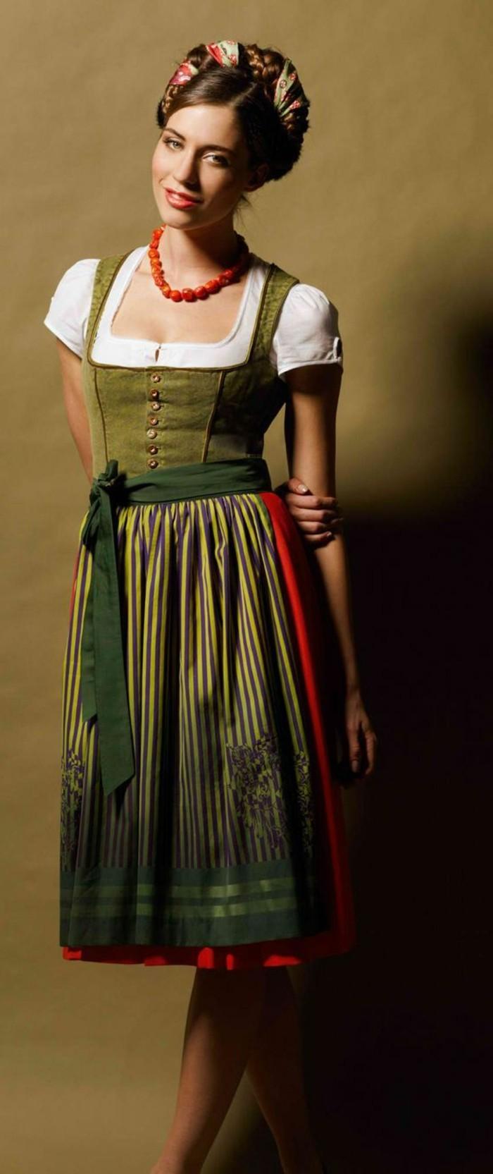 Oktoberfest-Kleidung-Damen-in-grüner-Farbe