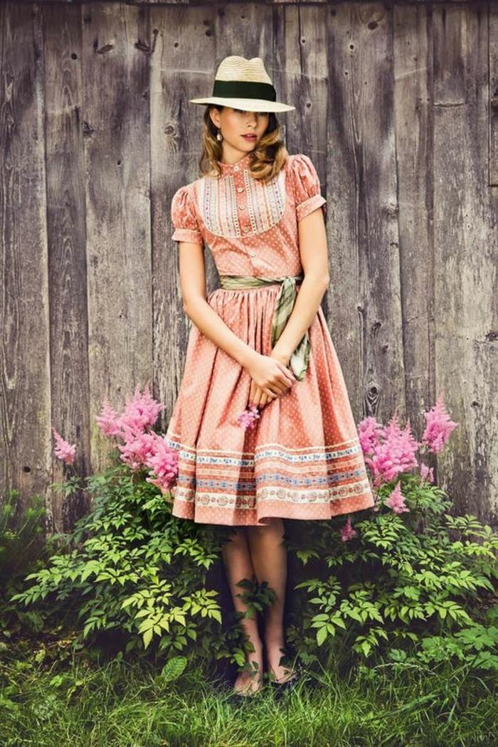 Oktoberfest-Kleidung-in-pfirsischer-Farbe