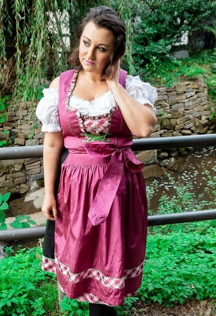 Oktoberfest-Mode-Plus-Size-Modell-in-rosa-Farbe