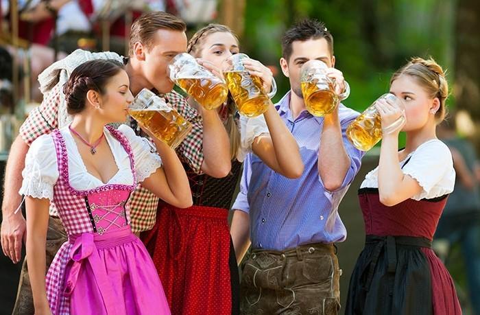 Oktoberfest-Mode-immer-zu-Bier-bereit