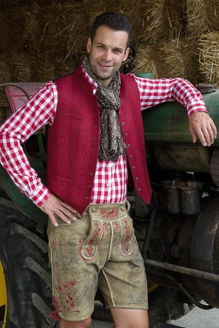 Oktoberfest-Outfit-Männer-mit-buntem-Lederhosen