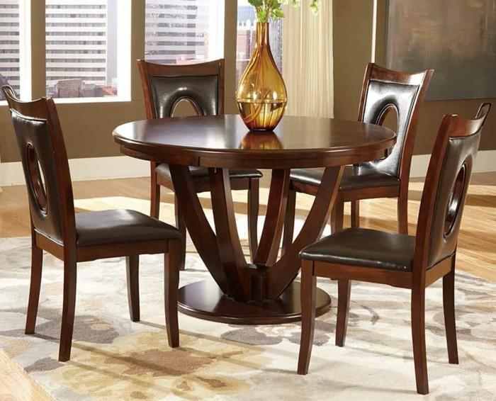runder-esstisch-aus-massivholz-mit-passenden-stuehlen