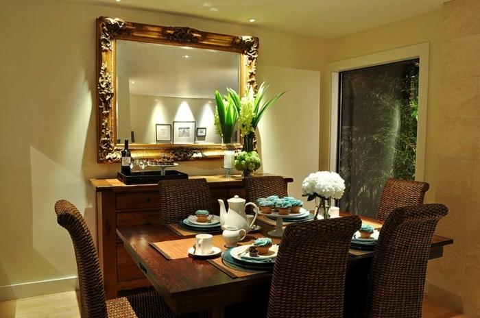 spiegel-antik-mit-pflanzen-dekoriert