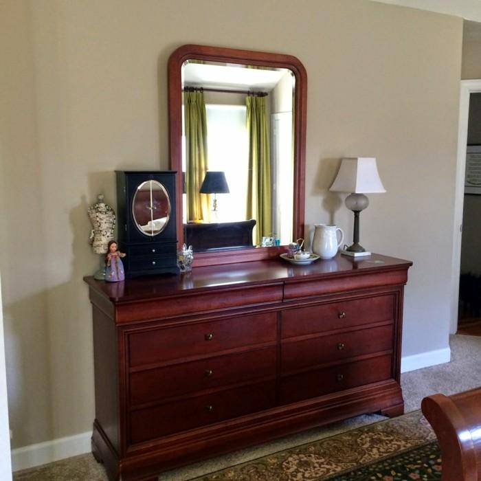 Vintage-Spiegel-auf-einem-Regal