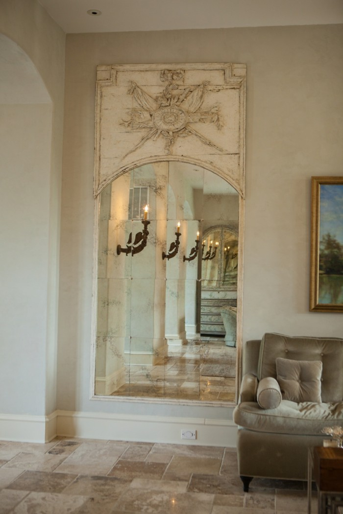 wandspiegel-antik-mit-einer-schoenen-dekoration