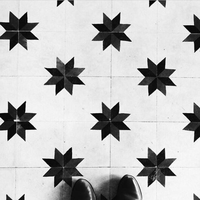 badezimmer-fliesen-streichen-mit-schwarzen-stern