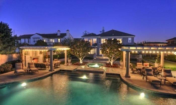 besondere-ferienhauser-mit-gut-beleuchtetem-pool