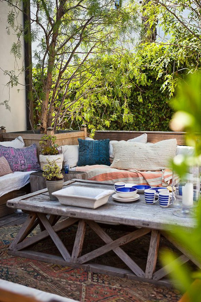 deko-fur-terrasse-mit-blauem-geschirr