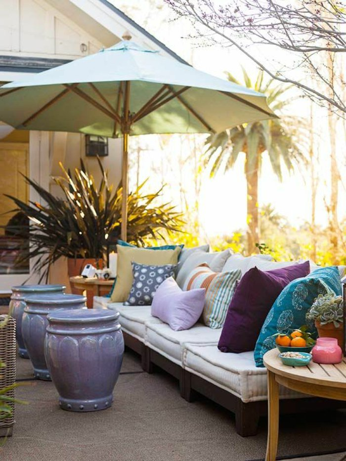 deko-fur-terrasse-mit-runden-tischen