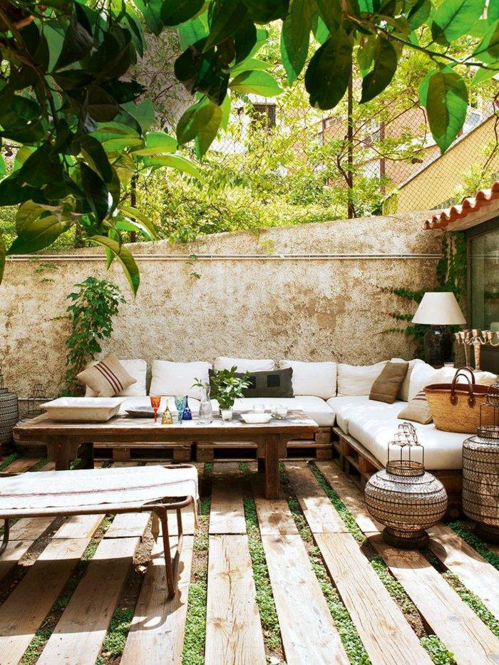 deko-terrasse-mit-hangenden-pflanzen