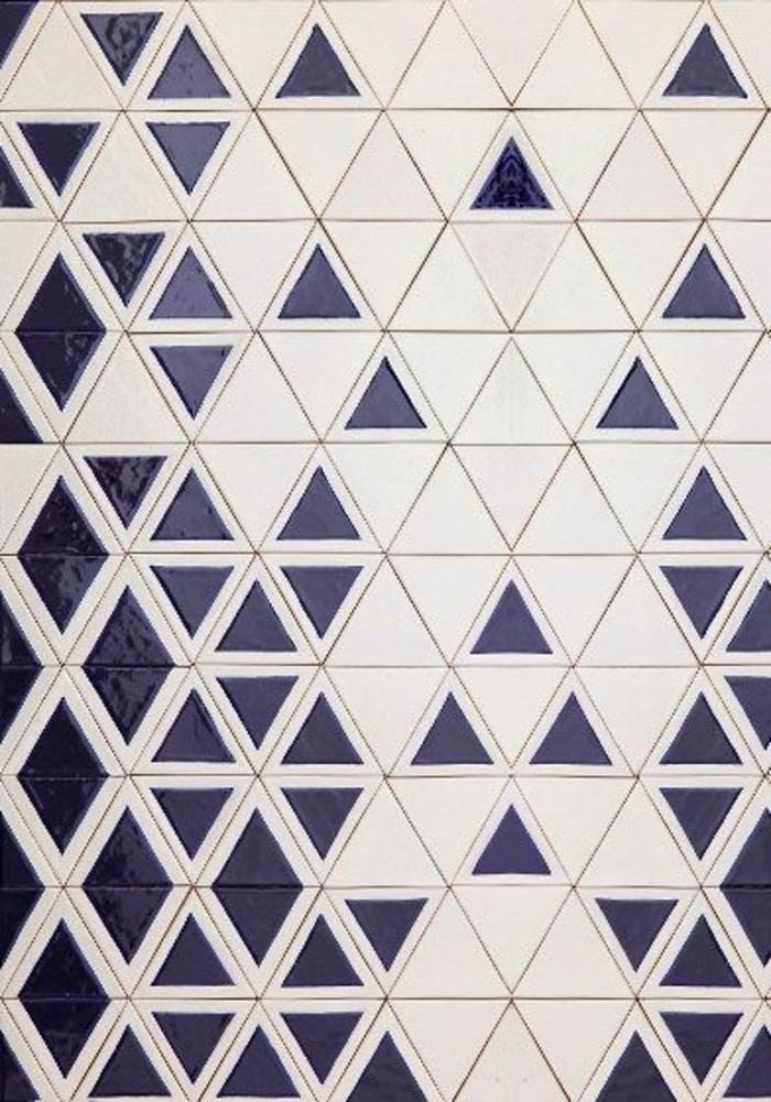 fliesen-streichen-mit-blauem-dreieck