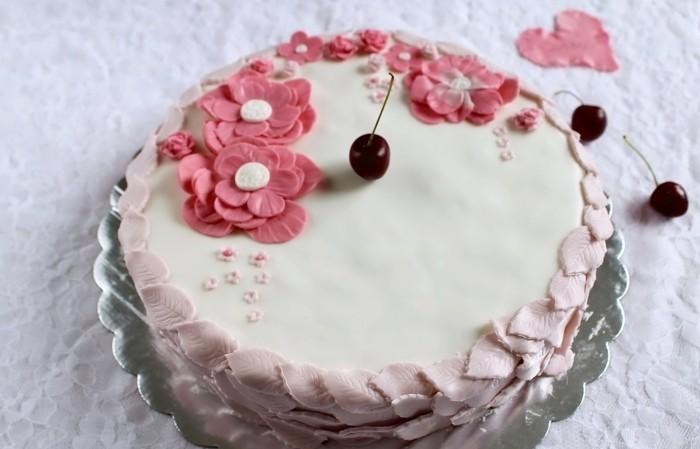 fondant-selber-machen-torten-dekorieren-rosablumen-und-kirschen