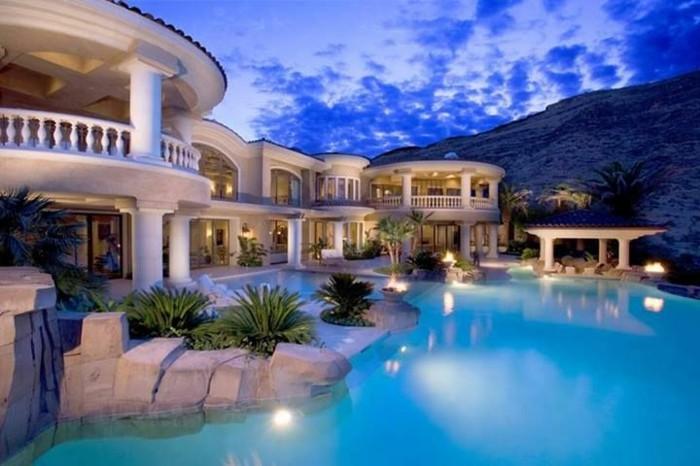 luxus-villa-neben-berg