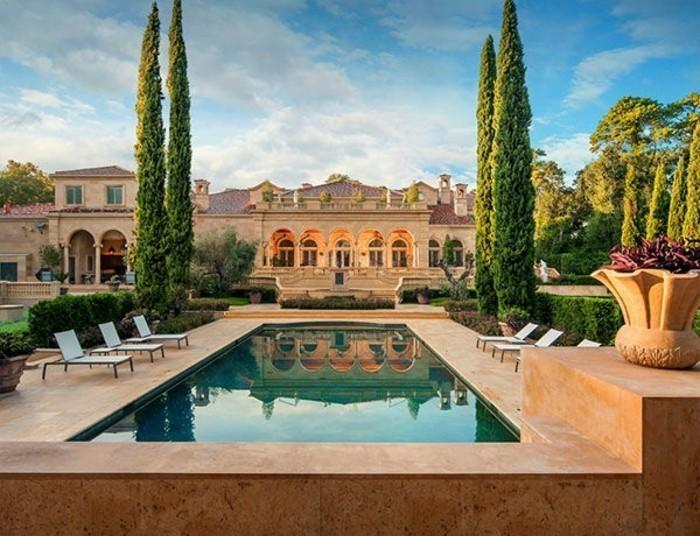 luxushauser-mit-hohen-buschen