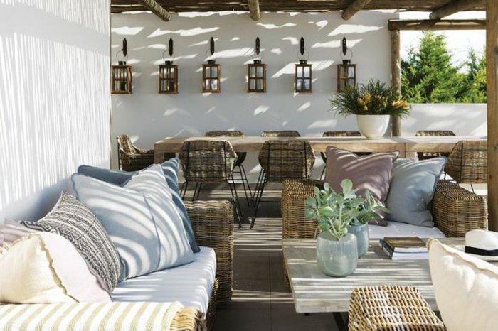 moderne-terrassengestaltung-mit-geflechten-stuhlen