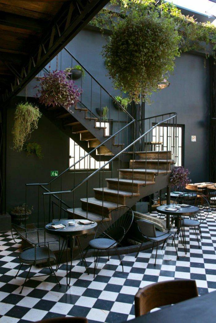moderne-terrassengestaltung-mit-vielen-tischen