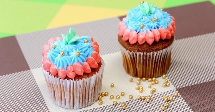 muffins-dekorieren-ideen-blau-und-rosa-muffin-deko