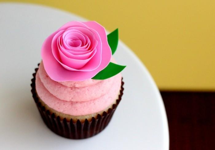 muffins-dekorieren-ideen-fondant-figuren-rosa-rose-muffins-verzieren