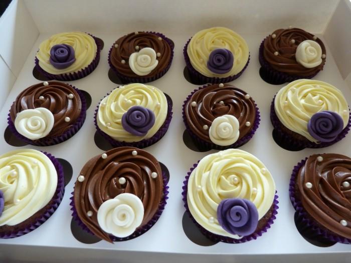 muffins-dekorieren-ideen-lila-weis-und-braun-muffin-deko