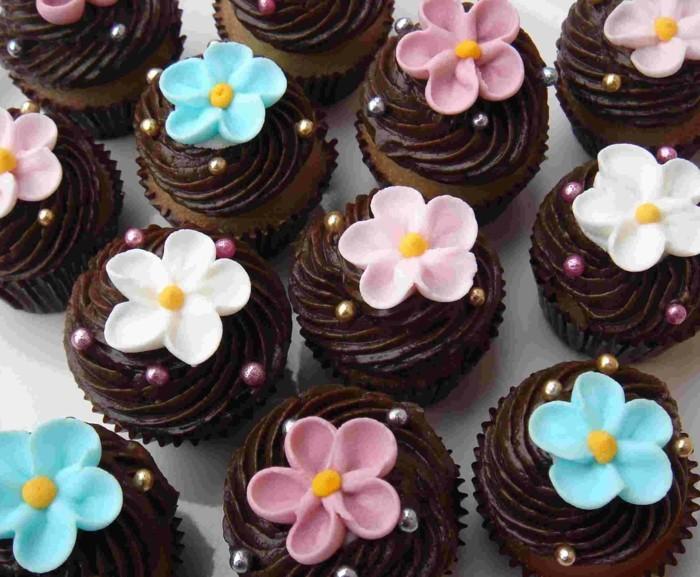 muffins-dekorieren-ideen-mit-blumen-fondant-figuren