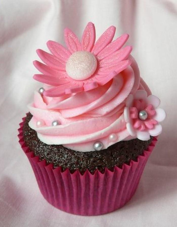 muffins-dekorieren-ideen-rosa-sahne-und-fondant-figuren