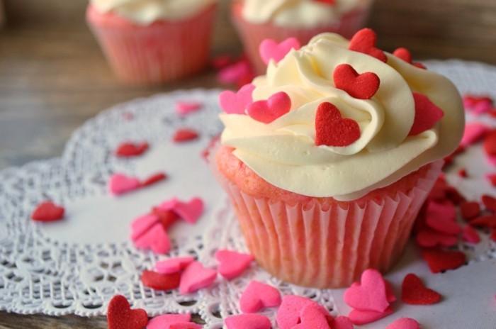 muffins-dekorieren-valentinstag-herzchen-uberall