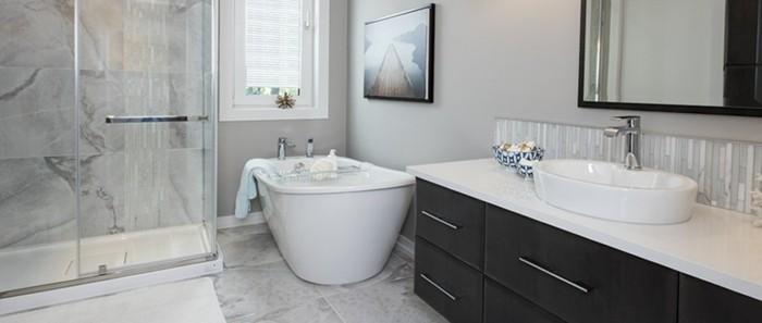 muster-badezimmer-mit-schicken-badewanne