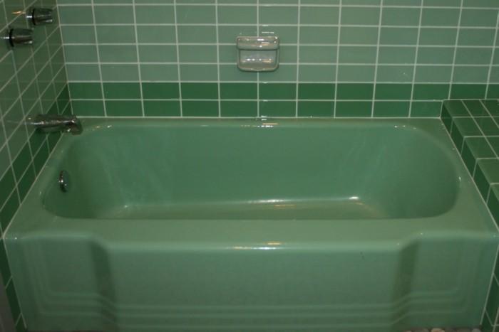 retro-fliesen-um-der-badewanne