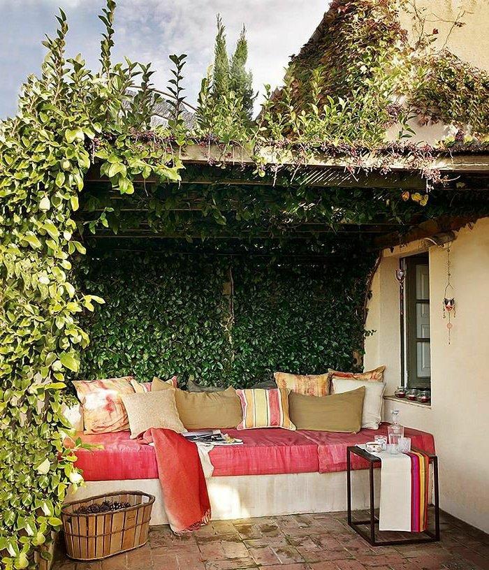 terrasse-dekorieren-mit-rosa-mobeln