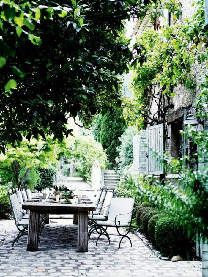 terrasse-dekorieren-mit-viel-grun