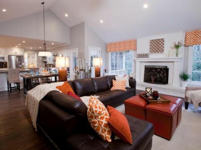 wohnzimmer-in-braun-mit-braun-sofa-und-orange-kissen