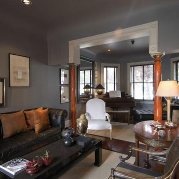 wohnzimmer-in-braun-mit-dunkle-mobel-und-grau-sofa
