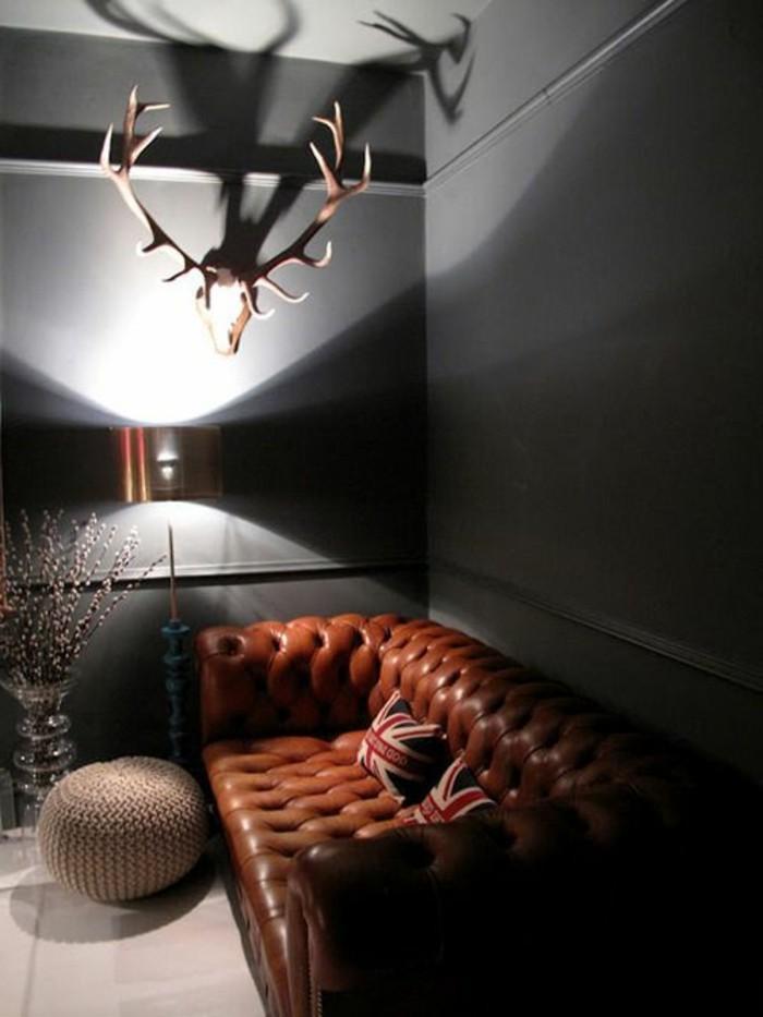 wohnzimmer-in-braun-mit-dunkle-sofa
