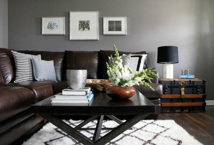 wohnzimmer-in-braun-mit-grau-wandgestaltung-und-weis-kissen