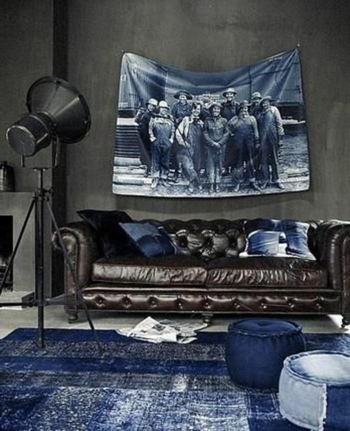 wohnzimmer-in-braun-mit-interessant-bild-in-blau