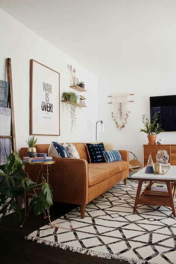 wohnzimmer-in-braun-mit-weis-wand-und-dunkle-sofa