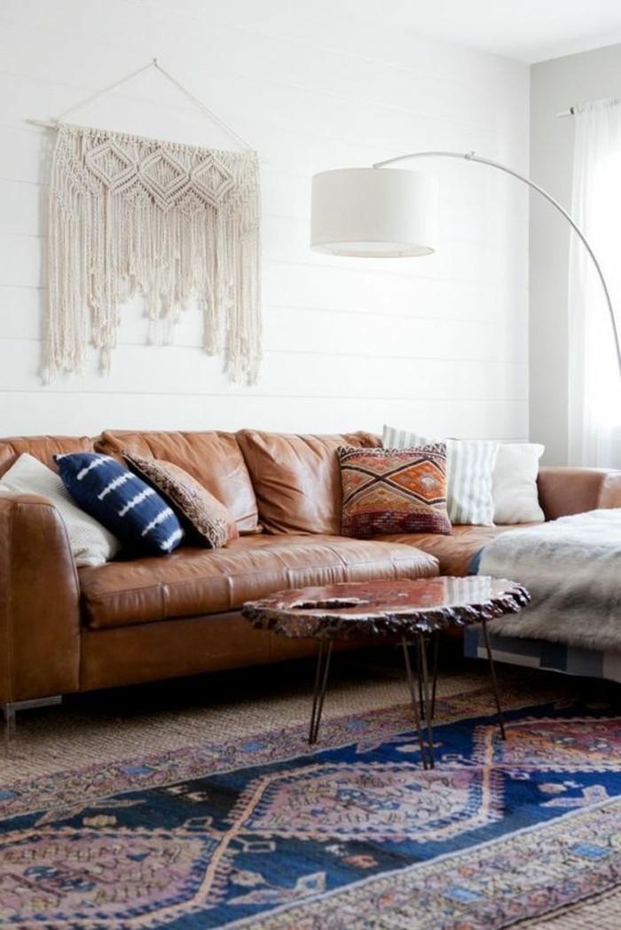 wohnzimmer-in-braun-mit-weis-wandgestaltung-und-dunkle-sofa