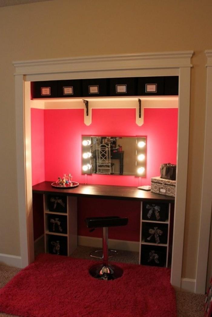 13-schminktisch-mit-beleuchtung-roter-wand-eckiger-spiegel-schwarzer-hocker