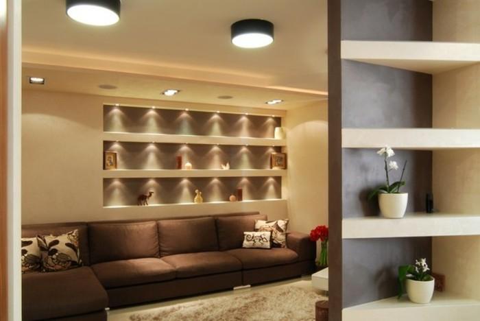 1moderne-wohnungsdeko-brauner-ecksofa-pluschteppich-blumenvase-indirektes-licht