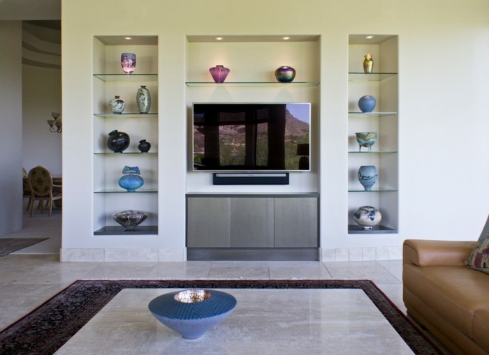 1trockenbau-wanddekorationen-wohnzimmer-ledercouch-fernseher-musterteppich-vasen-glasregal