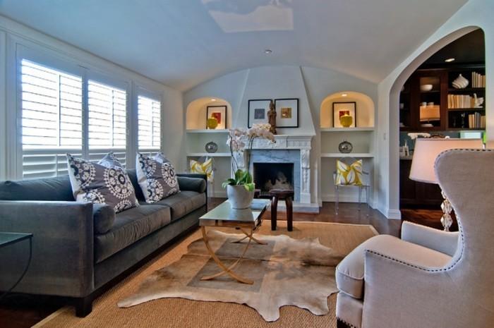 1wohnzimmer-dekoration-stuhle-aus-plastik-tier-motive-gemutliche-couch-platz-sparen