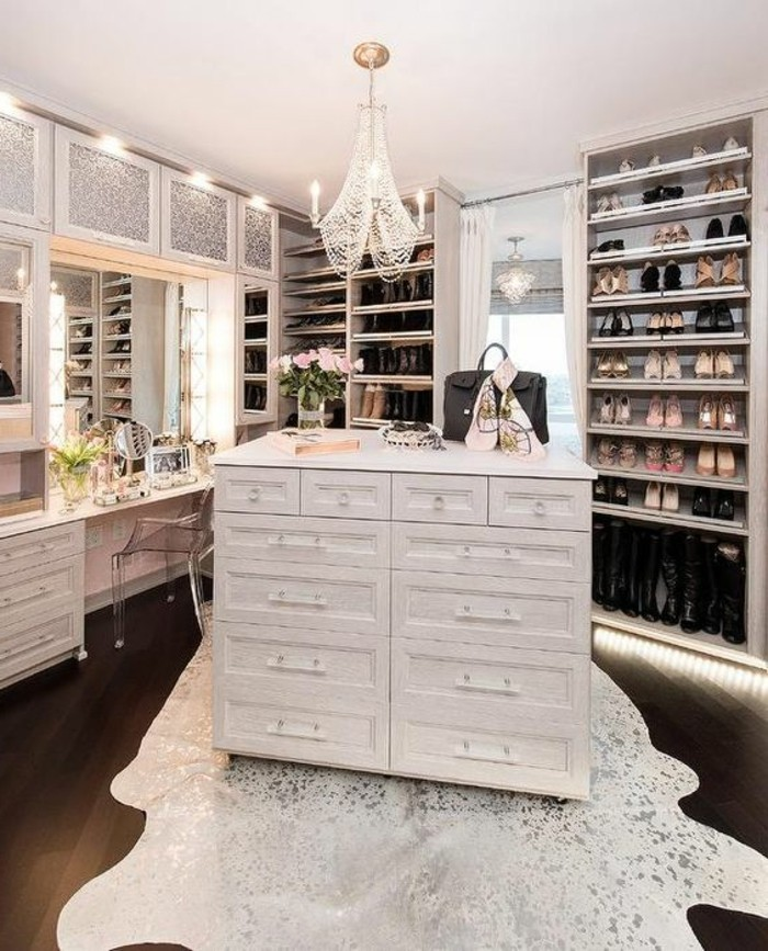 2-ankleidezimmer-einrichten-weiser-begehbarer-kleiderschrank-kronleuchter-aus-kristall-schuhe-spiegel