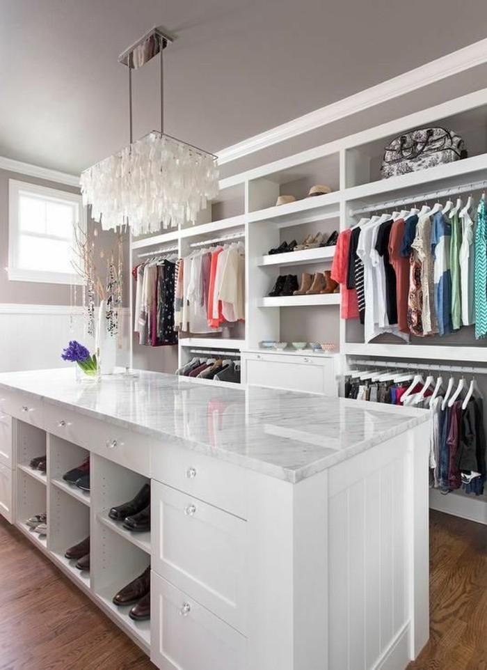 3-ankleidezimmer-einrichten-weiser-begehbarer-kleiderschrank-weiser-kronleuchter-kleider-schuhe