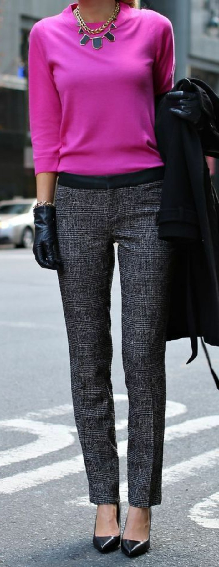 4-business-kleider-rosa-bluse-mit-graue-hose-schwarzer-mantel-schwarze-schuhe-schone-interessante-halskette