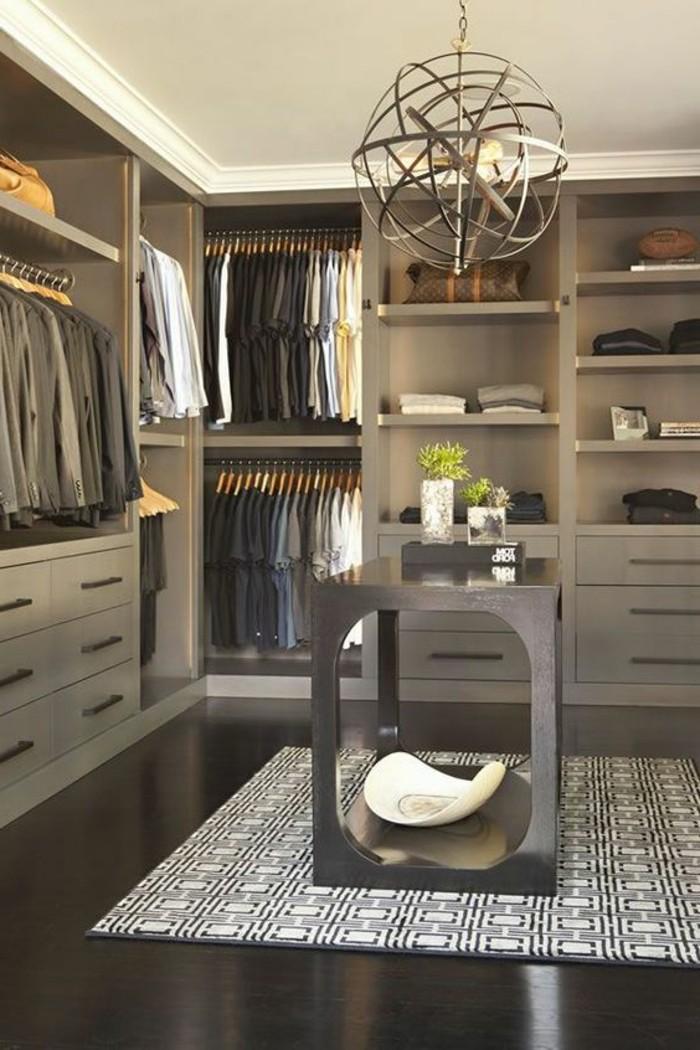 5-ankleidezimmer-einrichten-grauer-begehbarer-kleiderschrank-kleier-anzuge-teppich-in-weis-und-schwarz